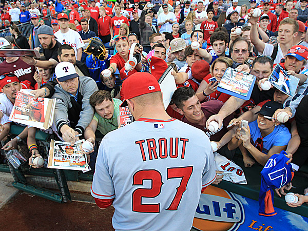 best loved 64639 33a2c Mike Trout Surprises New Jersey Family at Their Home After a ...